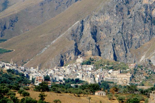 Il paese ai piedi della montagna